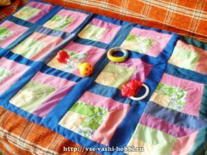 Лоскутный коврик для малыша